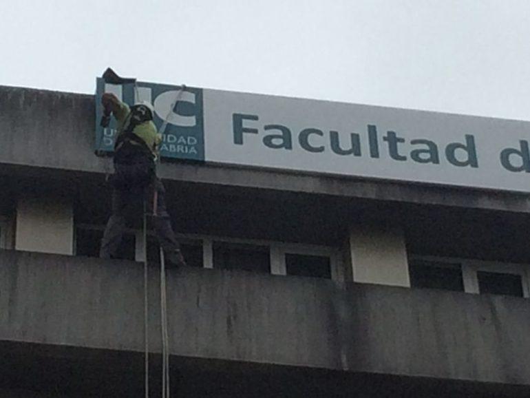 Colocación de carteles en facultad de enfermería